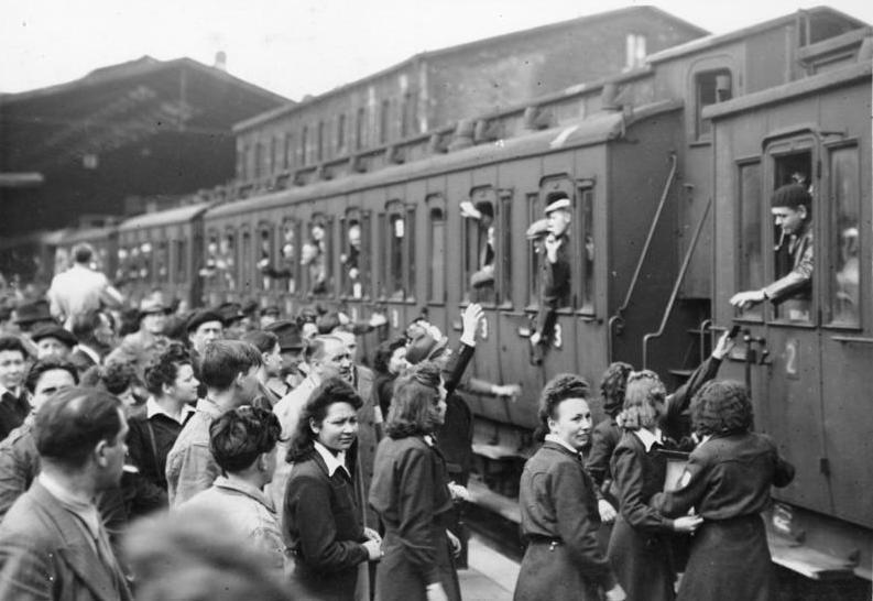 Départ des travailleurs français du STO pour l'Allemagne à la gare de Paris-Nord en mai 1943 ©Bundesarchiv, Bild 183-J14405 / CC-BY-SA 3.0