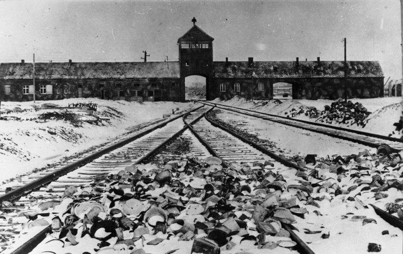 Entrée par la voie ferrée d'Auschwitz en 1945
