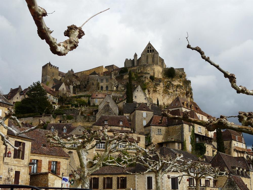 Vue du château de Beynac-et-Cazenac dans le Périgord - CC: Père Igor