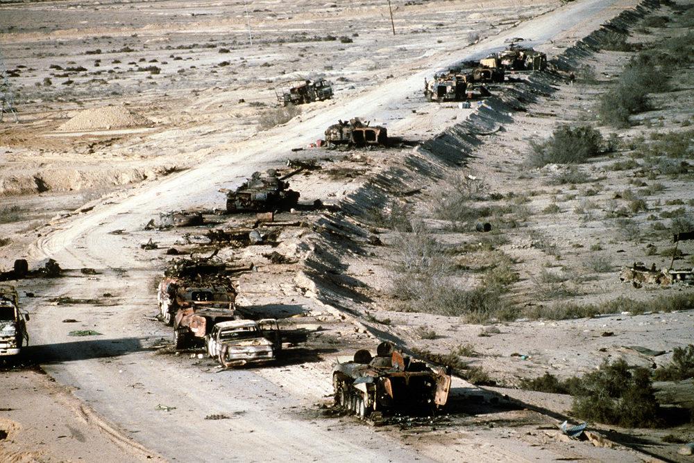 Carcasse de tanks irakiens bombardés lors de l'opération «Tempête du désert» (4 mars1991)