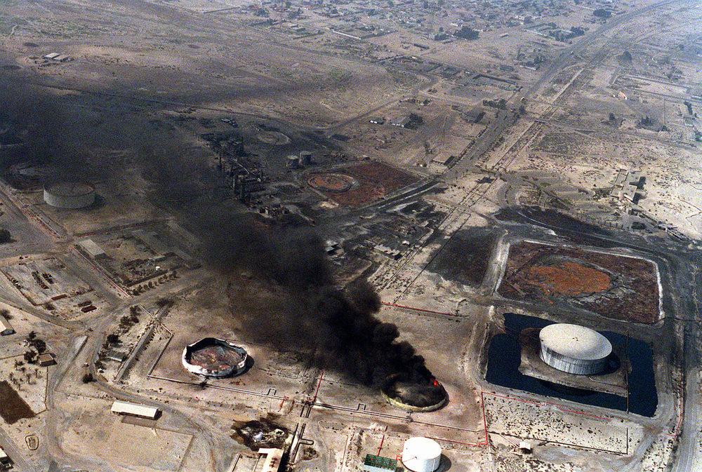 Bombardement d'une raffinerie de pétrole irakienne lors de l'opération «Tempête du désert» (5mars1991)
