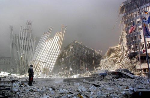 Un homme, muni d'un extincteur, lance des appels pour porter secours à d'éventuels survivants après l'effondrement de la première tour du World Trade Center, Doug Kanter, 11 septembre 2001. ©AFP