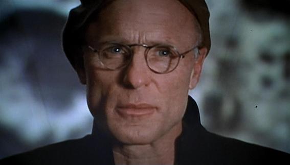 Christof parle aux téléspectateurs. <em>The Truman Show</em>, réalisé par Peter Weir, 1998