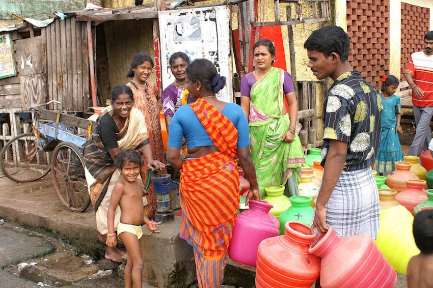 Des Indiens viennent s'approvisionner en eau potable ©Rupert Taylor-Price