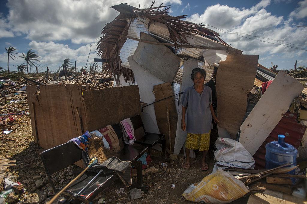 Une femme se tient au milieu des dégâts provoqués par le super-typhon Haiyan en novembre2013