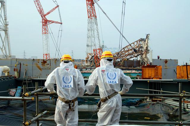 Deux experts examinent l'usine nucléaire endommagée de Fukushima ©IAEA Imagebank