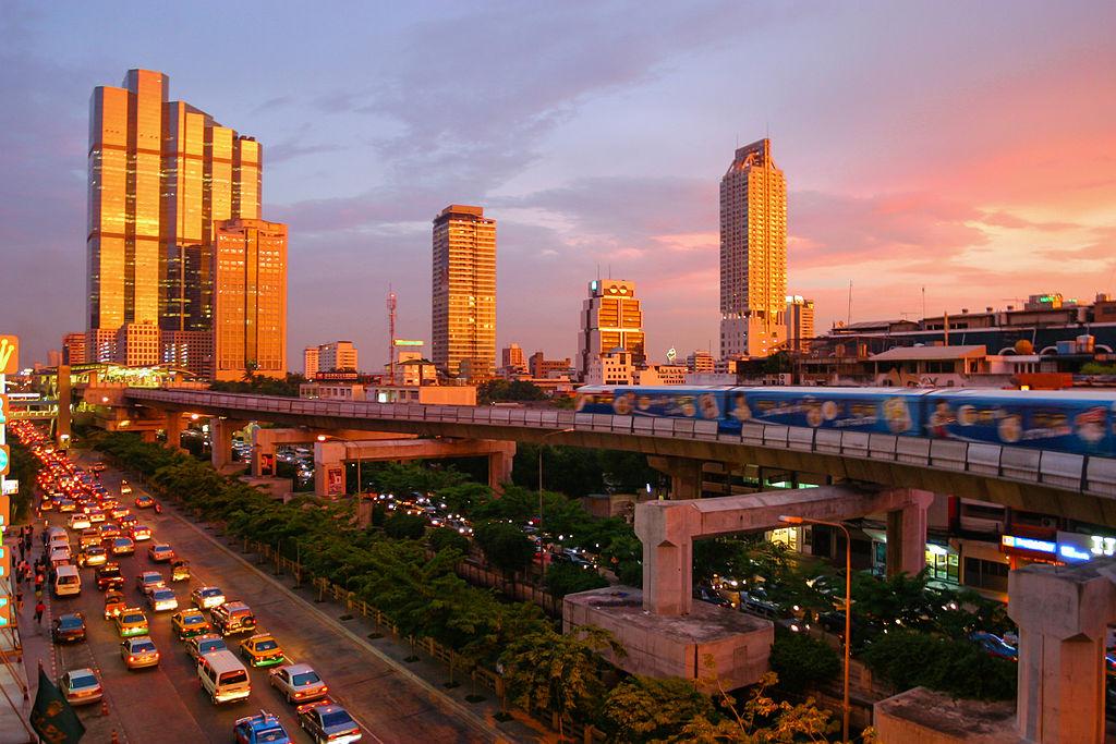 Un train aérien et des embouteillages à Bangkok, la capitale de la Thaïlande © Diliff, 4 juin 2004
