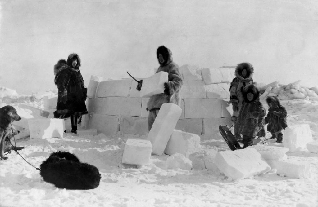 Des Inuits construisent un igloo au Groenland en 1924 © Frank E. Kleinschmidt