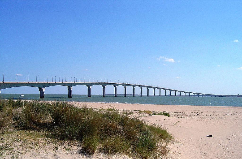 Le pont de l'île de Ré, qui relie l'île au continent (La Rochelle) © GFDL-self – juin2004