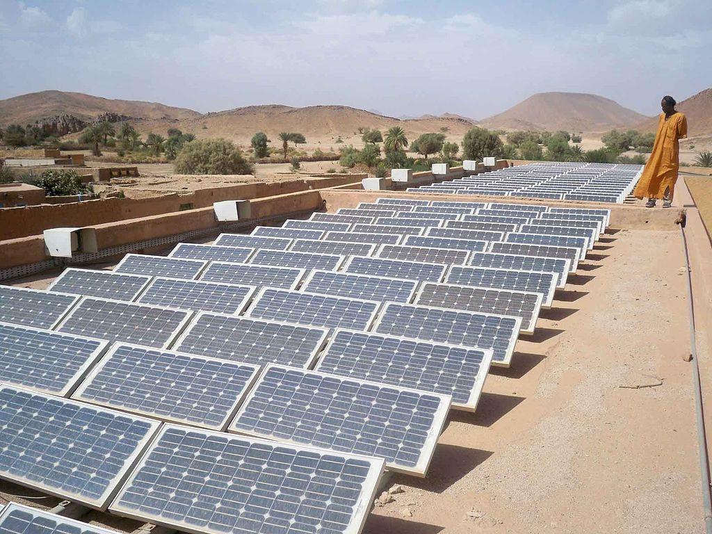 Des panneaux solaires dans le désert, en Algérie. ©Magharebia – 4octobre 2010