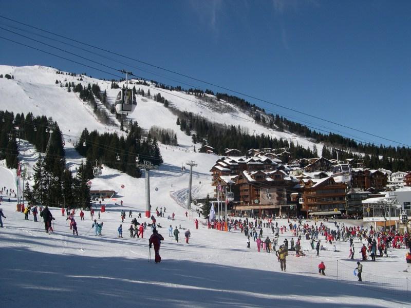 Une station de ski à Courchevel, dans les Alpes, en France ©Yrithinnd