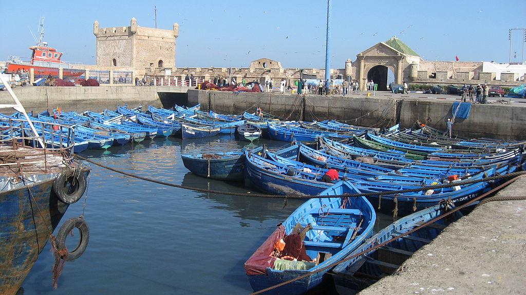 Des barques de pêche traditionnelles dans le port d'Essaouira, au Maroc ©Wonker