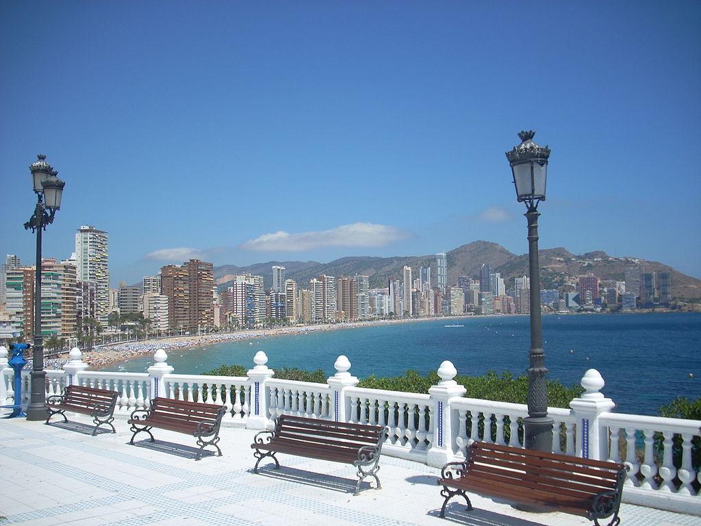 La ville de Benidorm, située dans la province d'Alicante, est le symbole du tourisme de masse en Espagne ©Alemanito