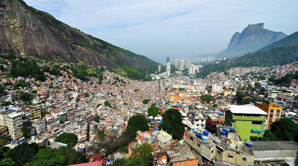 La favela de Rocinha, le plus grand bidonville brésilien, s'étend sur les flancs des collines de la ville de Rio de Janeiro ©chensiyuan