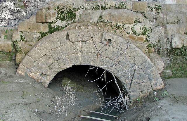 Vestige de la <em>cloaca maxima</em> souterraine qui débouche dans le Tibre, Rome ©Chris73-histoire-6e