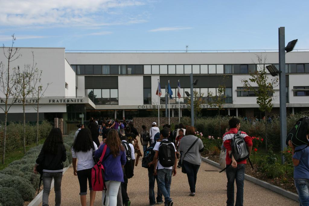 l'entrée du collège Flora Tristan à Carrières-sous-Poissy