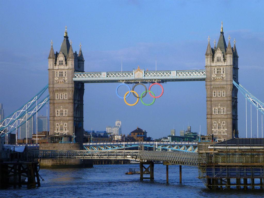 Les anneaux olympiques sur le Tower Bridge, en 2012
