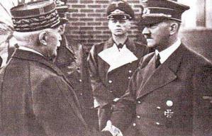 Adolf Hitler et le maréchal Pétain se rencontrent à Montoire-sur-le-Loir, en 1940.