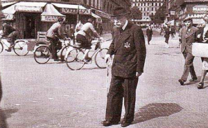 Vieil homme juif dans Paris occupé. À partir de 1942, les Juifs sont obligés de porter une étoile jaune sur leurs vêtements.