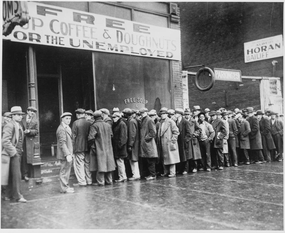 Photo de chômeurs faisant la queue pour de la nourriture gratuite